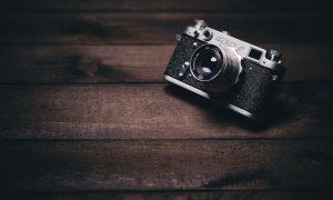 appareil photo vintage sur parquet