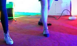 trois paires jambes salle colorée