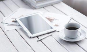 tablette tactile blanche et café